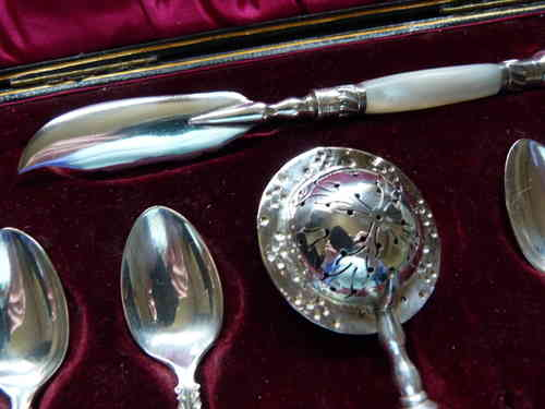 1890'S SHEFFIELD L&W ANTIQUE BOXED SET TEASPOONS,ORNATE TEA STRAINER BUTTER KNIFE & SUGAR TONGS -MOP